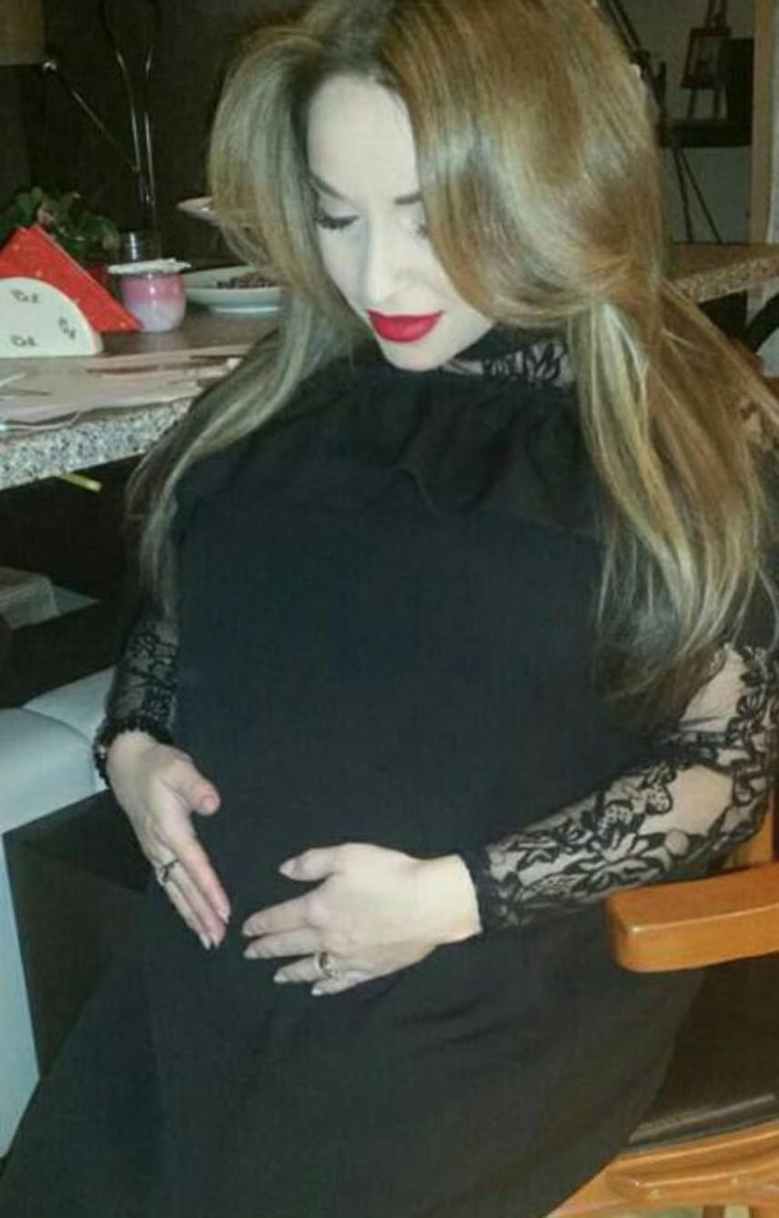 Völgyi Zsuzsi énekesnő szeptemberben árulta el, hogy valóra vált tízéves álma: kisbabát vár. Azóta az is kiderült, kislánya lesz. Régóta szeretett volna édesanya lenni, pár éve még egy álterhességet is produkált.