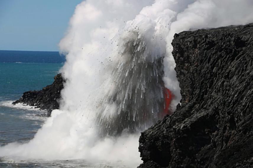 A láva egy 28 méter magas szikláról ömlik a vízbe, folyamatos robbanásokat okozva.
