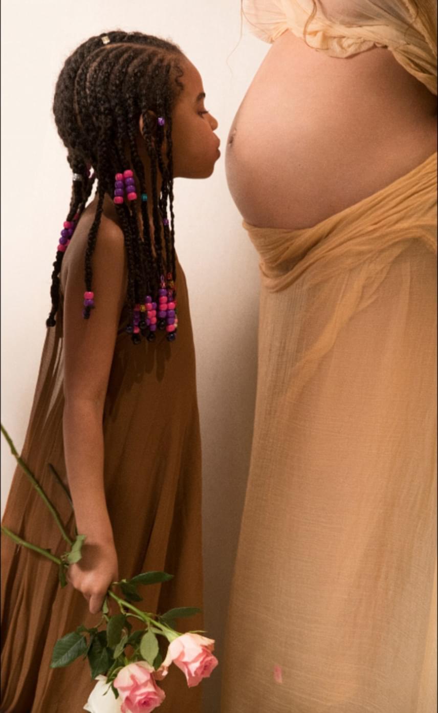 Beyoncé kislánya, Blue Ivy is nagyon várja már a testvérek érkezését, ezért nagy puszit adott anyukája hasára.
