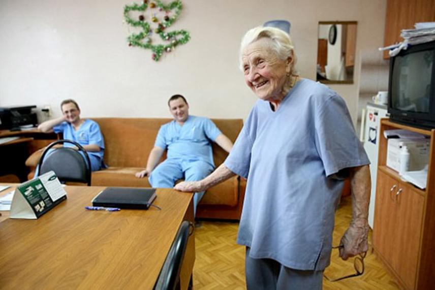Pályafutása során a doktornő több mint tízezer műtétet hajtott végre, és nem akar lassítani. Szerinte orvosnak lenni nemcsak egy szakma, hanem életstílus is. Kérdezi: ha nem dolgozna, ki végezné el az operációkat?