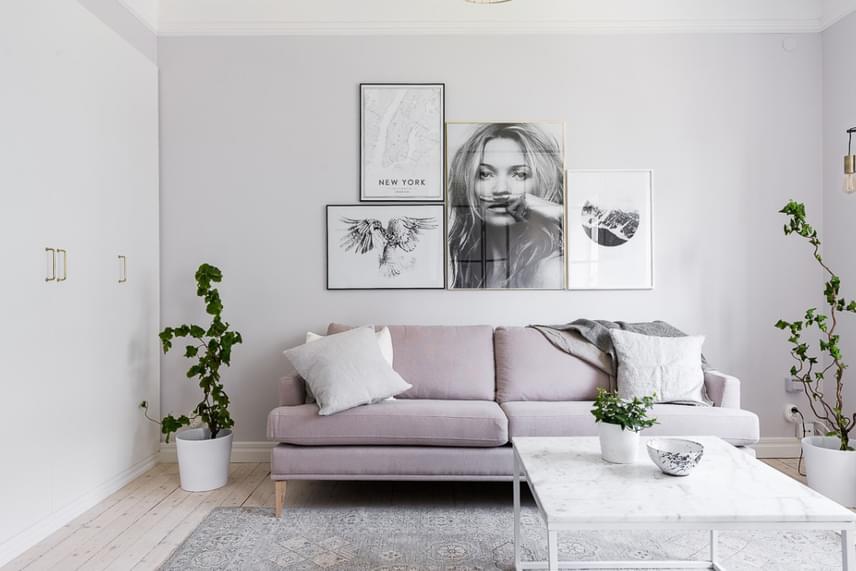 A falak hűvösebb hatását tökéletesen ellensúlyozza a nagyobb bútoron megjelenő lágy, krémesebb szín, valamint a néhány üde zöld folt a lakásban.