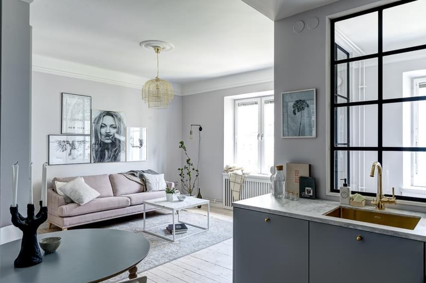 A térérzetet a falak világos színe, és a hatalmas, függöny nélküli ablakokon beáramló fény abszolút pozitív irányba befolyásolja.