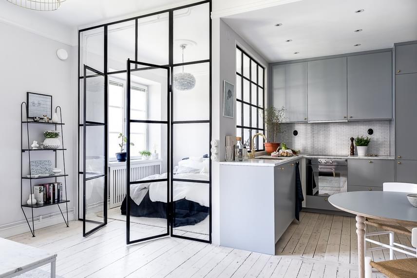 Az egy nagyobb helyiségből olyan megoldás segítségével lett kettő, mely a legkevésbé sem szűkíti a teret, az üvegfal által mégis zártabb, intimebb térré válik a hálószoba.