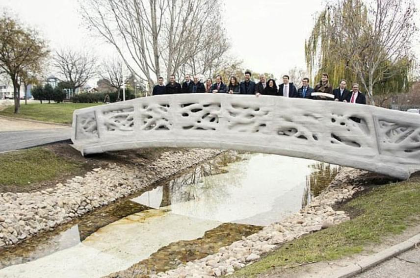 A gyalogosoknak tervezett és átadott híd 12 méter hosszú, és 1,75 méter széles. Már látszólag is nagy teherbírású, ami annak köszönhető, hogy finomszemcsés betonanyagból és műanyagból készült a három dimenziós nyomtatási technikával, nyolc különböző réteg egymásra burkolásából.