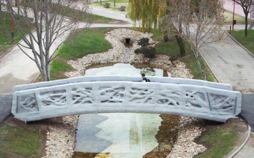 Az átadás után a gyalogosok már birtokba is vették a hidat, ami egyelőre kifogástalanul funkcionál. A sikeresen kinyomtatott termékek sora pedig tovább bővült általa.