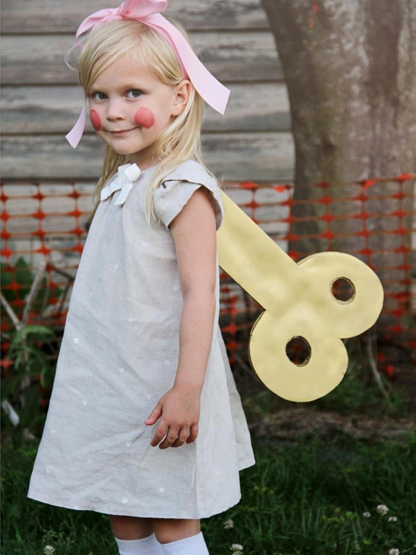 JátékbabaMi kell hozzá?kislányod egy aranyos ruhácskája és térdzokniaranyszínre hasonlító színű kartonpapír a kulcshozszalag a hajábagyermek arcfestéktű, erős cérna, ragasztóElkészítésVágj a kartonból két kulcsformát, és ragaszd össze őket, hogy a kulcsnak mindkét oldala színes legyen! Erős cérnával rögzítsd a kulcsot a ruha hátára. A kislányod arcára fess piros pozsgákat, illetve, amit még szeretnétek. Hajába köss nagy masnit, és kész is a babajelmez.
