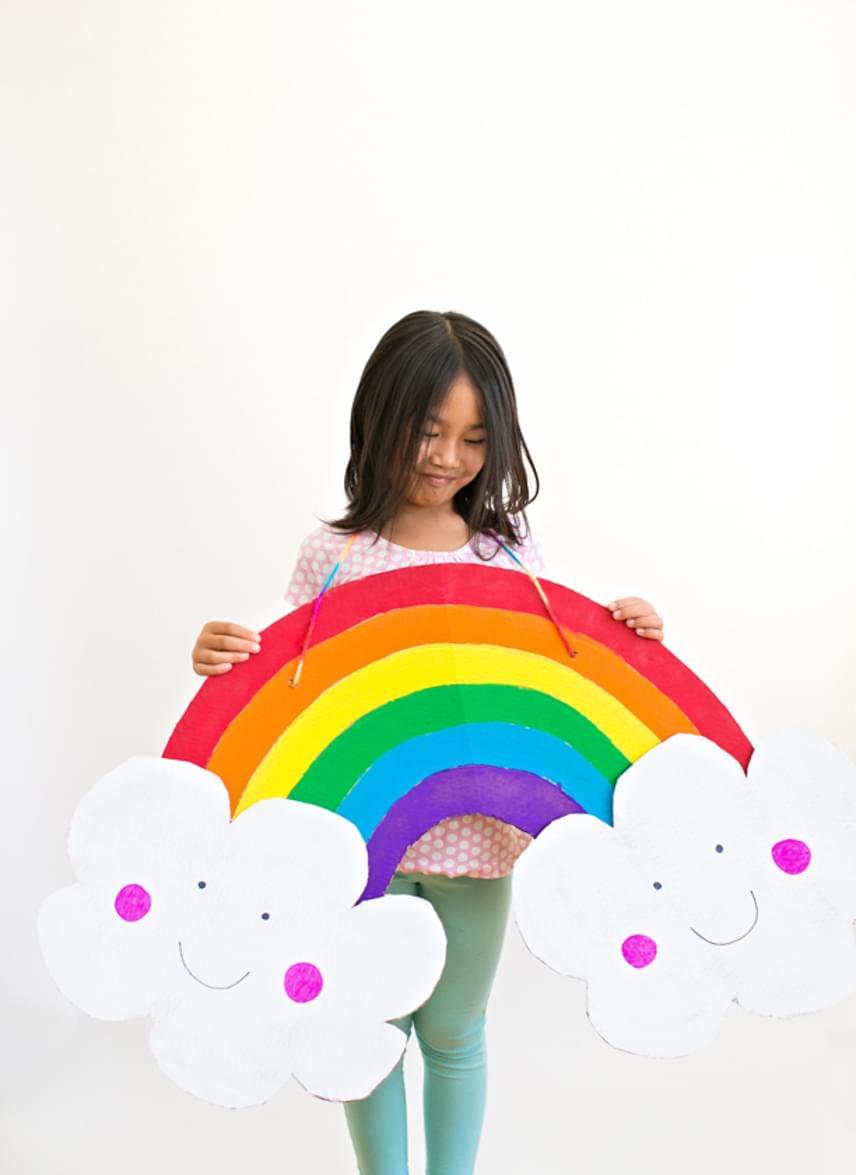 SzivárványMi kell hozzá?fehér kartonpapír vagy egy hatalmas doboz oldalafehér kartonpapír a felhőknekszalagfesték, ragasztó, ragasztószalag, filctollElkészítésVágd ki a szivárvány ívét az erre szánt papírból, és két felhőcskét a fehérből. Ragaszd a felhőket az ív két végére. Fesd fel a szivárványcsíkokat, illetve a felhők arcát. A gyerek magasságához mért hosszúságú szalagot erősítsd a szivárvány hátuljára erős ragasztószalaggal, vagy apró lyukat készítve a szivárvány tetején át is fűzheted. Ezzel elkészült a jelmez.