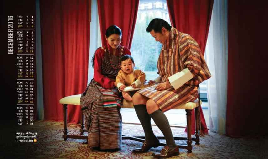 Ezen a tavaly decemberi naptárfotón is imádnivaló a bhutáni kis herceg, nem csoda, hogy világszerte milliók olvadoznak tőle.
