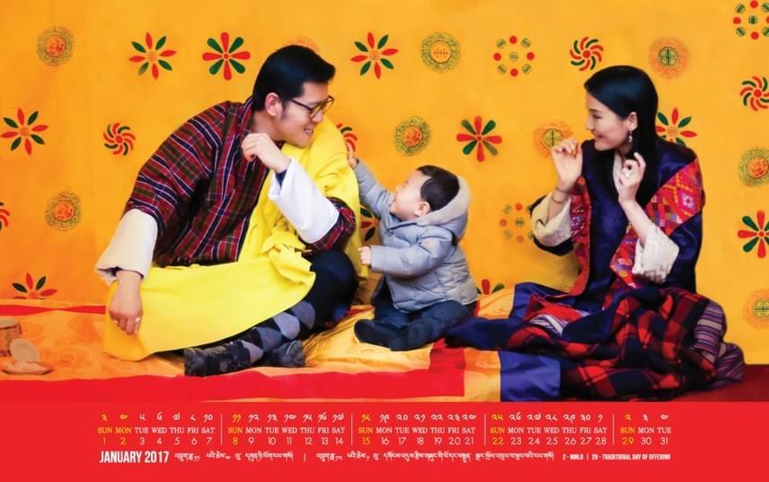 A bhutáni királyi pár imádja a kis trónörököst, ez a felvétel is jól érzékelteti a nagy szeretetet és felhőtlen harmóniát, ami összeköti őket.