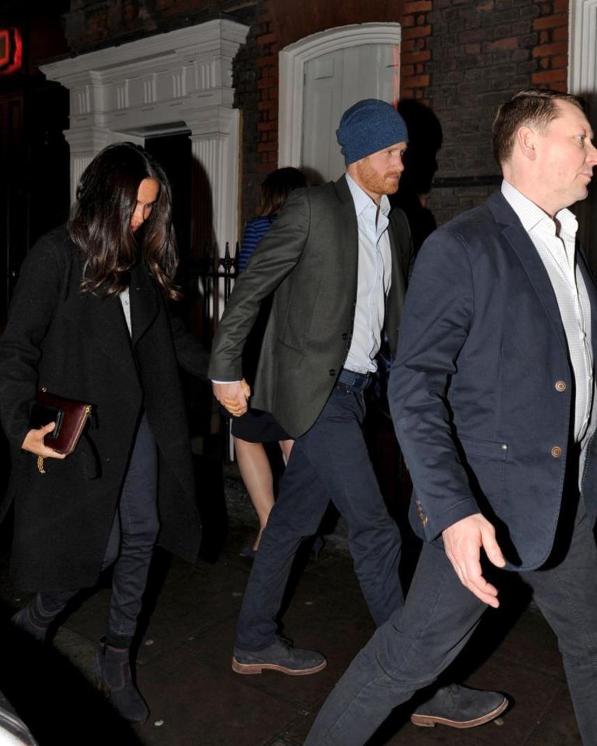 Harry herceg 2016 augusztusában jött össze Meghan Markle amerikai színésznővel, románcuk hírét azonban csak novemberben erősítette meg hivatalosan a brit királyi család.