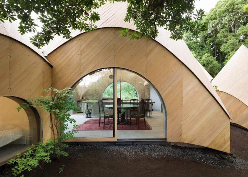 A 100 négyzetméter alapterületű, jól felszerelt ház egyébként betonból és fából épült. A tervezők a sátorszerű dizájnt azért választották, hogy a ház a környezetbe illeszkedjen, a belső viszont meglepően komfortos lett.