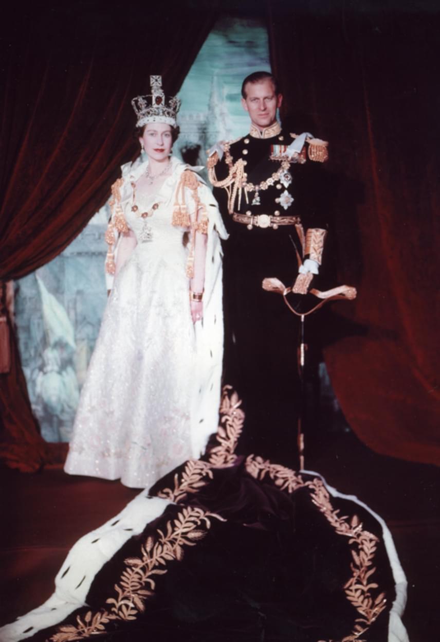Fülöp herceg és Erzsébet királynő koronázási portréját is a legendás brit fotóművész, Cecil Beaton készítette. Erzsébet csodásan nézett ki fiatal királynőként.