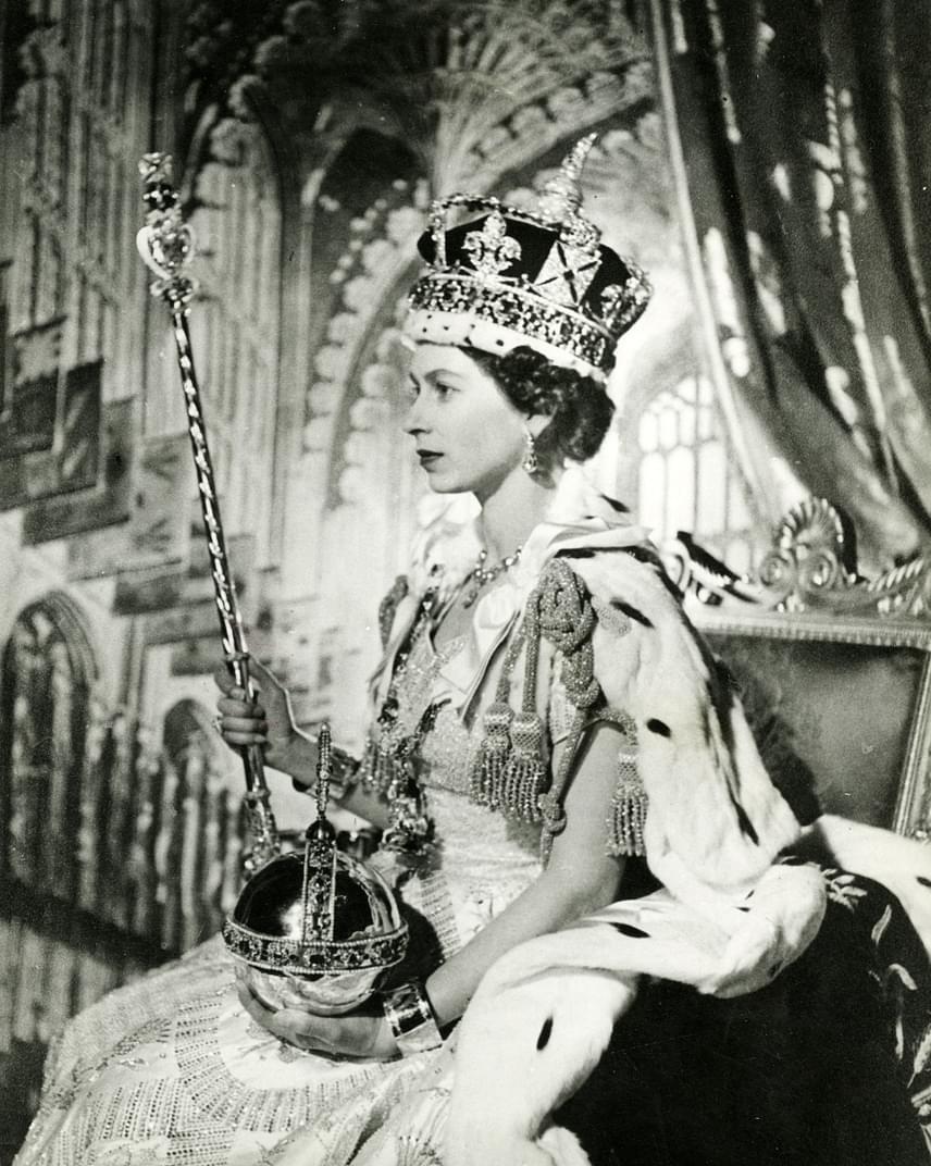 Egy másik meseszép felvétel a frissen megkoronázott királynőről. A fényképből csak úgy árad Erzsébet nemessége, ereje és tartása, amivel világszerte kivívta az emberek tiszteletét.