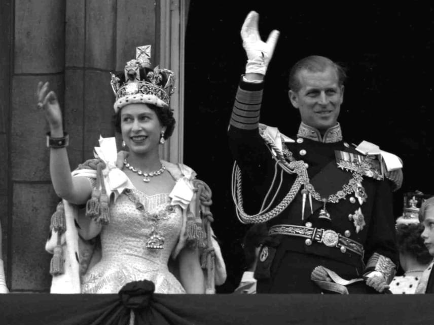 Erzsébet és Fülöp herceg így integettek a koronázási ünnepség után, ami egyébként az első ilyen brit ceremónia volt, amit a televízió is közvetített.