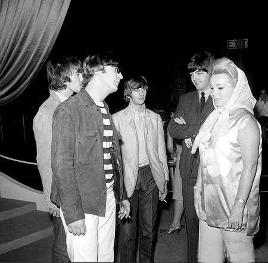 A színfalak mögött egy jótékonysági rendezvényen a Beatles együttes társaságában.