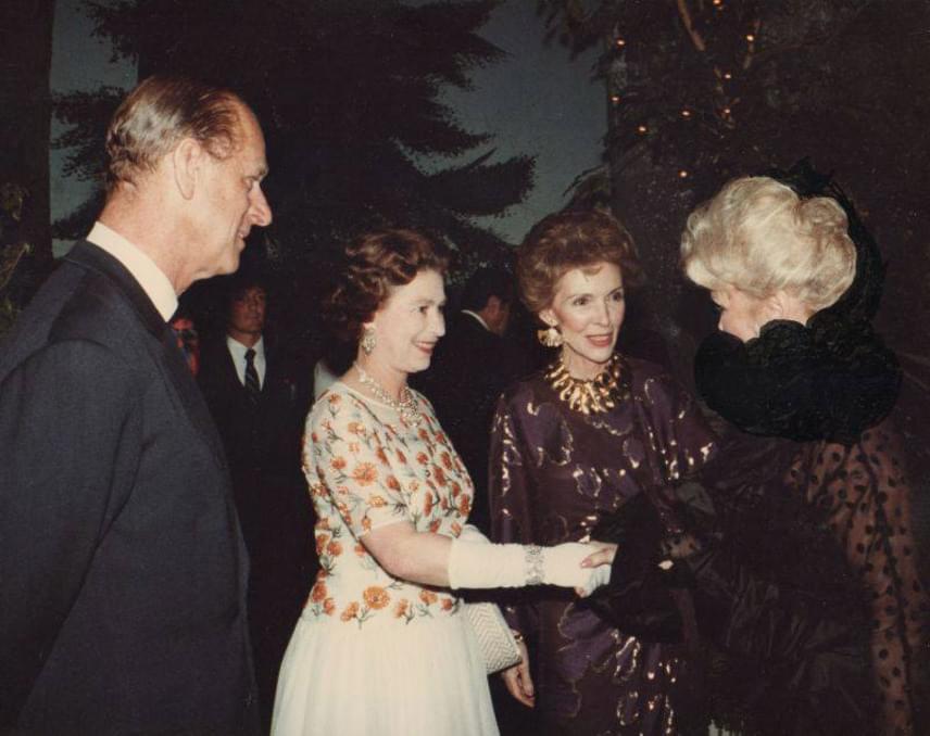II. Erzsébet brit királynő, Fülöp edinburghi herceg, és Nancy Reagan, Ronald Reagan felesége fogadja Gábor Zsazsát.