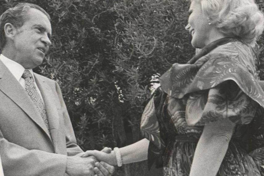 1972-ben Nixon elnök üdvözli a dívát a Fehér Ház kertjében.
