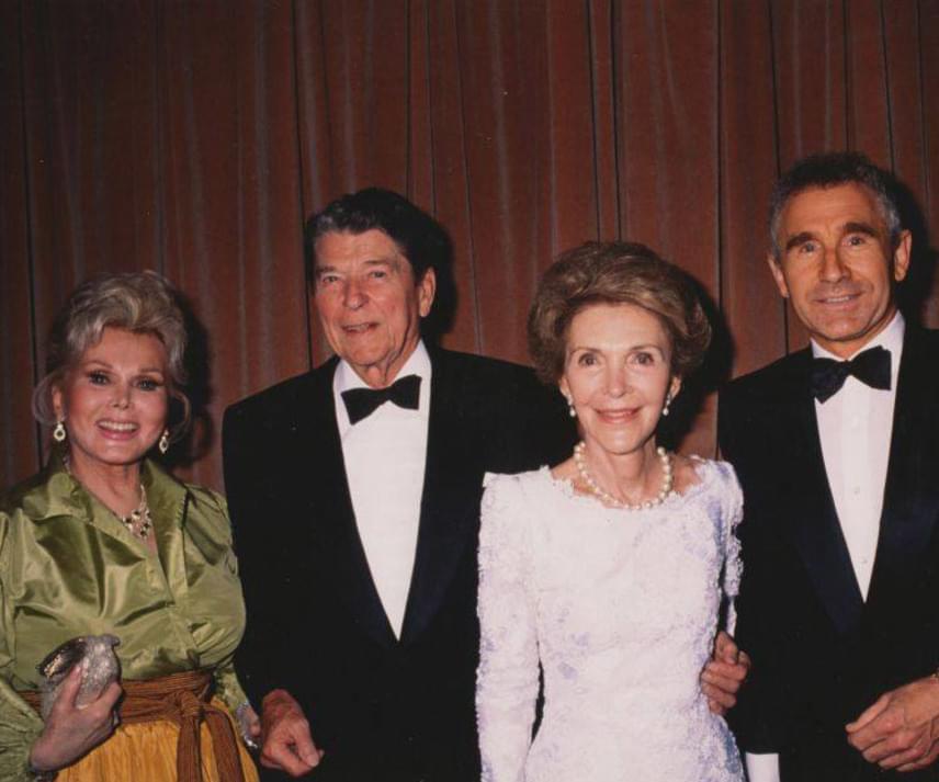 Zsazsa és férje, Frédéric von Anhalt herceg egy közös fotón Ronald Reagan amerikai elnökkel és annak feleségével, Nancy Reagannel.
