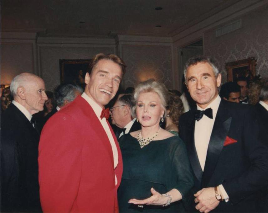 1986 karácsonyán Zsazsa és férje, és férje, Frédéric von Anhalt herceg a Beverly Hills-i villában a fiatal Arnold Schwarzeneggerrel.