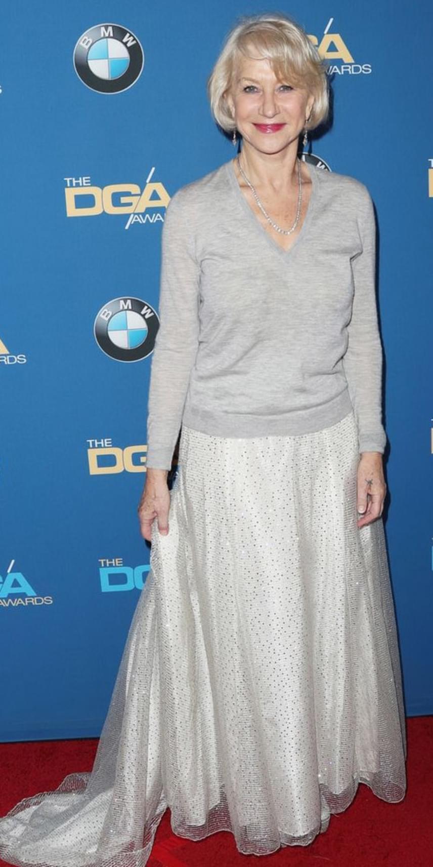 Helen Mirren imádja a romantikus stílust - mi sem bizonyítja jobban, mint egy a hófehér, hercegnős szoknya, amit egyszerű, szürke pulóverrel kombinált.