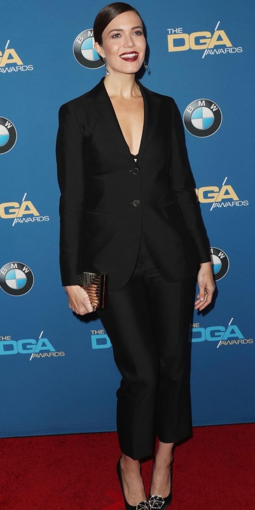 Mandy Moore általában a nőiességét igyekszik kihangsúlyozni az öltözködésében, most viszont az androgün stílus kedvelőinek egyenruháját, egy fekete kosztümöt húzott magára.