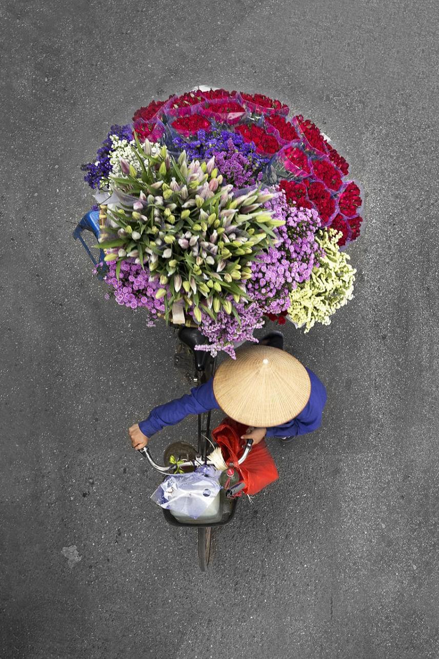 Hanoi legnagyobb piacán, a Quang Ba piacon minden megtalálható. A szállítók virágokat, zöldségeket és gyümölcsöket visznek kerékpárjukon.