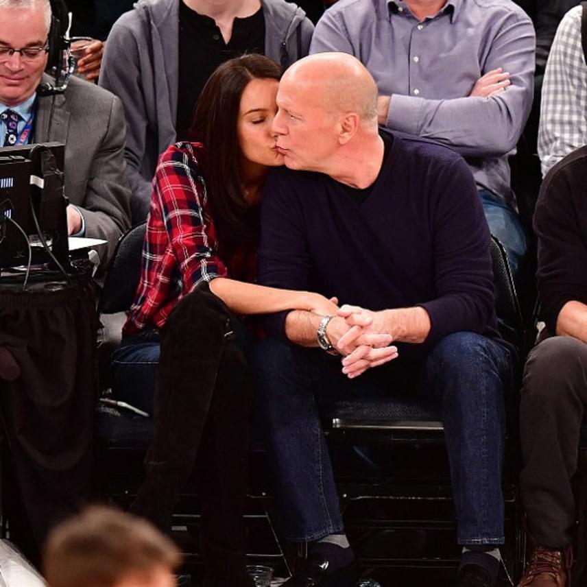 Bruce Willis és felesége el is feledkeztek a meccsről, annyira elmerültek a csókolózásban. Látszik, hogy még mindig nagy a szerelem.