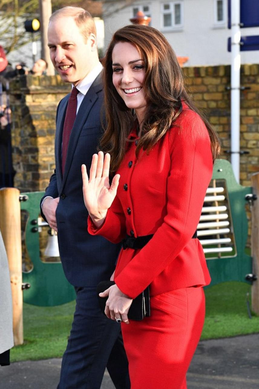 Nem csoda, hogy Vilmos herceg olyan büszkén feszít csinos felesége mellett: Katalin ebben a ruhában különösen káprázatosan fest.