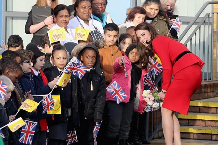 A gyerekek láthatóan nagyon örültek Katalin hercegné látogatásának, boldogan mutogatták neki körbe az épületet.