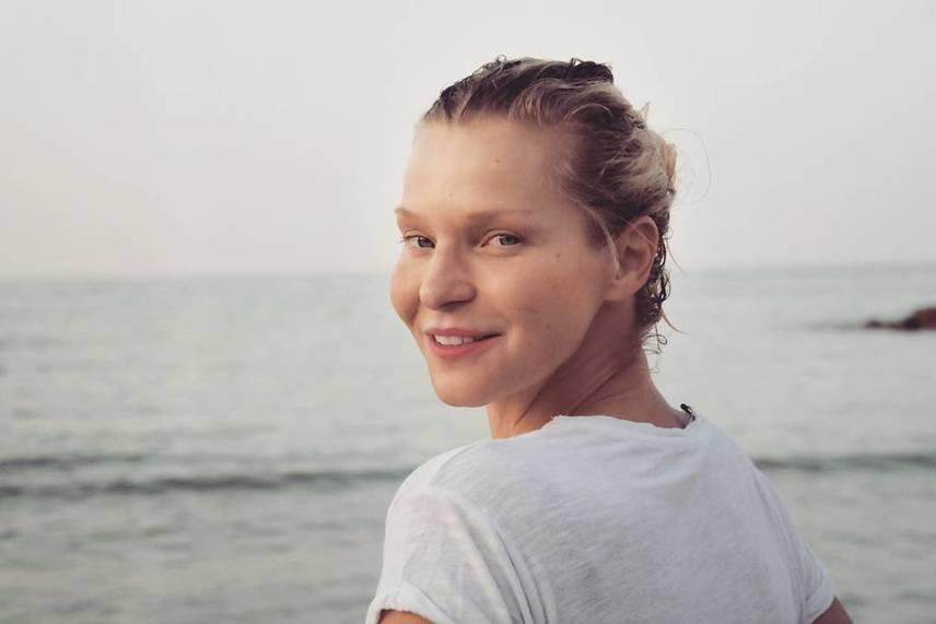 """A 40 éves Lilut a tengerparton fotózták le természetes valójában, amire szintén nem maradt el a bók: """"Smink nélkül körülbelül tíz évet letagadhatsz."""""""