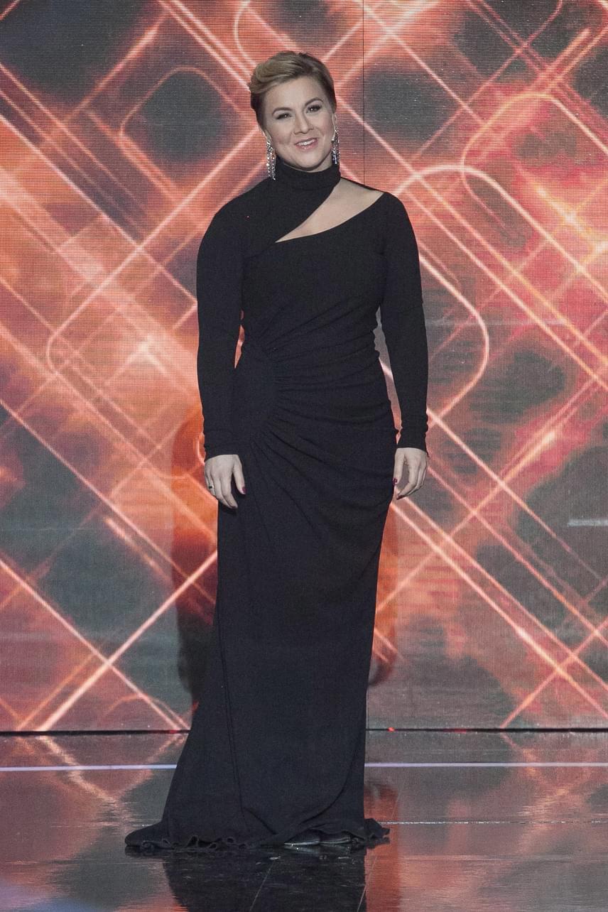 Ábel Anita egy aszimmetrikus, fekete estélyit viselt a Sztárban Sztár +1 kicsi döntőjében.
