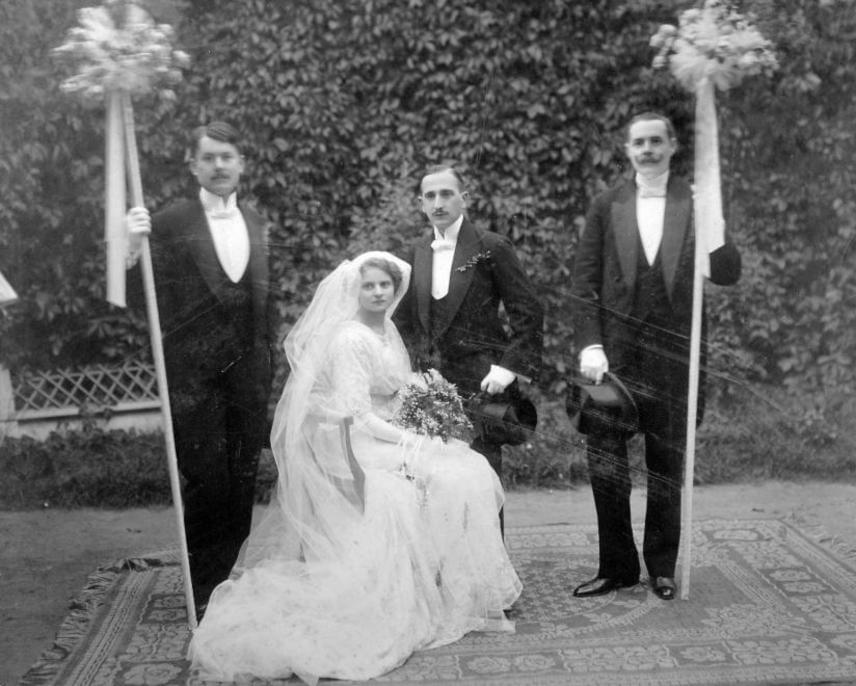 Esküvő 1919-ben. Ekkor még földig értek a menyasszonyi ruhák, és ebben az időszakban kezdtek elterjedni a menyasszonyi csokrok is, mit esküvői kellékek. A zártabb, kevésbé kivágott ruhák voltak divatban.
