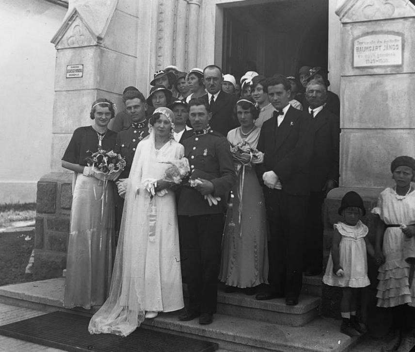 Menyasszonyi ruha 1930-ból. Itt már egyre kevéssé jellemző a fűző, nem a derék van leginkább hangsúlyozva. Az egyenes, egyszerű szabásvonalak jellemzik ezeket a ruhákat.