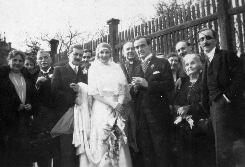 A '30-as években jött divatba a csipke is, ami innentől fogva az esküvői ruhák biztos kiegészítőjévé vált. A fátyol földig ér, még itt is, és ha megfigyeled, felfedezhető a Charleston stílus hatása rajta.