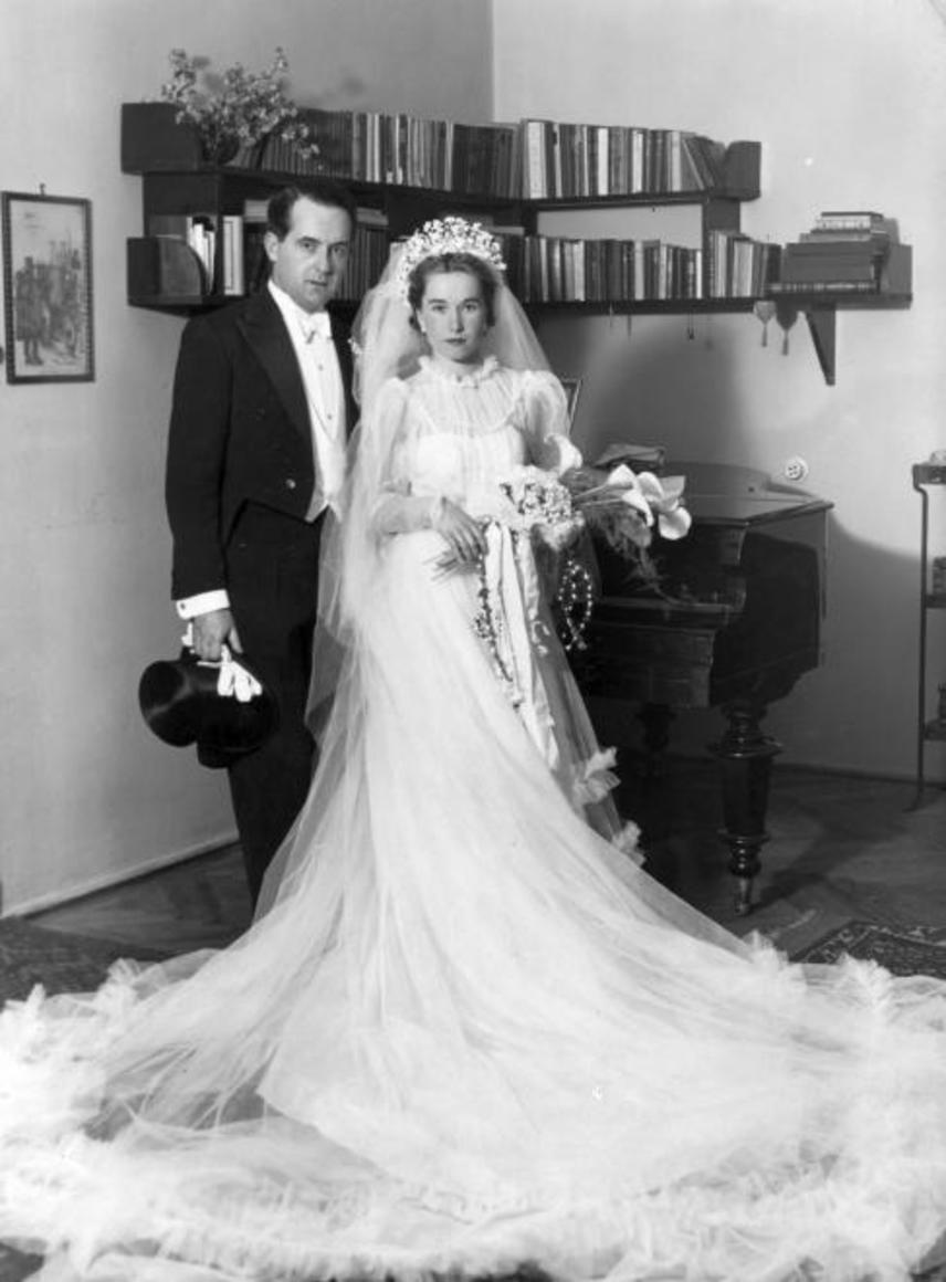 Jómódú esküvő 1936-ból. Egyre többen választanak liliomot a menyasszonyi csokornak, és ekkor kezdtek elterjedni a tiarák és fejdíszek is.