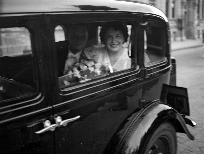 Friss házasok 1939-ből. A menyasszony ruhája már kicsit kivágottabb, jobban hangsúly terelődik az arcra is, és a ruhák szabása is ebben az időszakban kezdett kicsit rövidülni, szabadabbá válni.