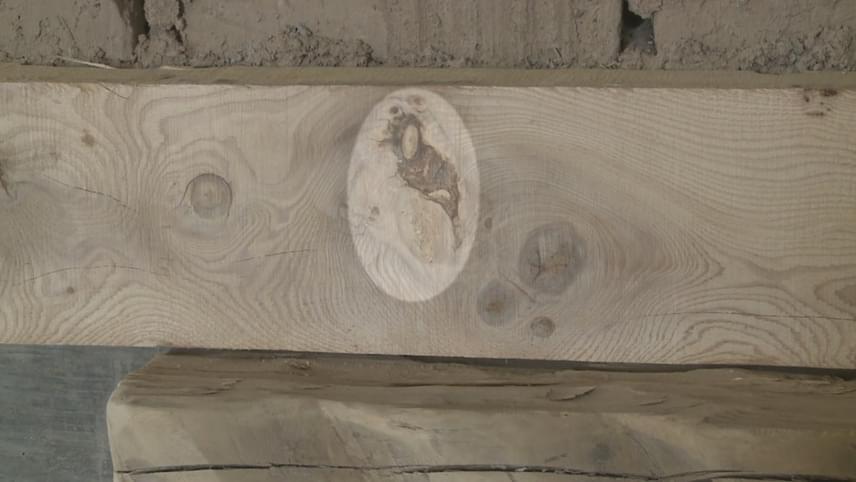 Egy questai bontásra ítélt templomban, melyet mégis sikerült megmenteni, felújítási munkálatok közben találtak rá az egyik fagerendán erre a különleges alakzatra, melyben Szűz Mária megjelenését sejtik.