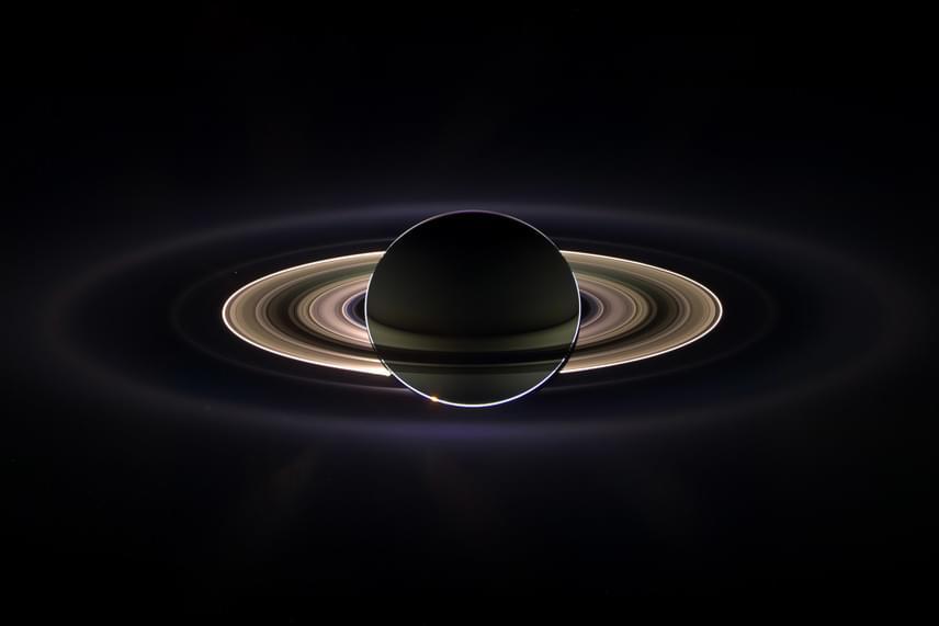 A Szaturnusznak hét, jégből és törmelékekből álló gyűrűje van, melyeket a bolygótól való távolság függvényében D-, C-, B-, A-, F-, G- és E-gyűrűnek neveztek el.