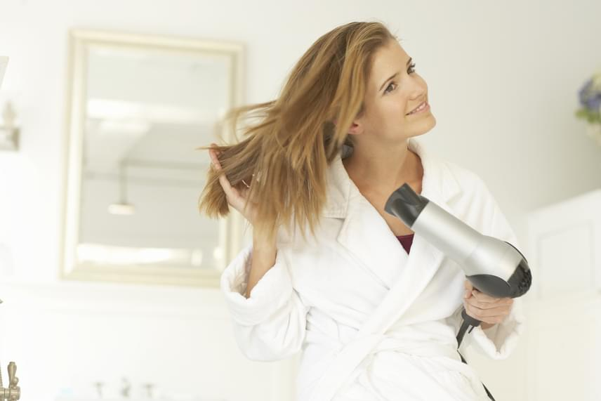 Nem biztos, hogy tudod, de nem mindegy, hogy először szárítod meg a hajad, és utána sminkelsz, vagy fordítva. Hiszen a hajad formázásához ugyanúgy használsz ápolót vagy formázót, ezek a termékek pedig valamilyen százalékban mindig a bőrödön kötnek ki. Szárítsd meg a hajad, utána töröld le a bőröd egy arctisztító kendővel, és csak utána fesd ki magad.