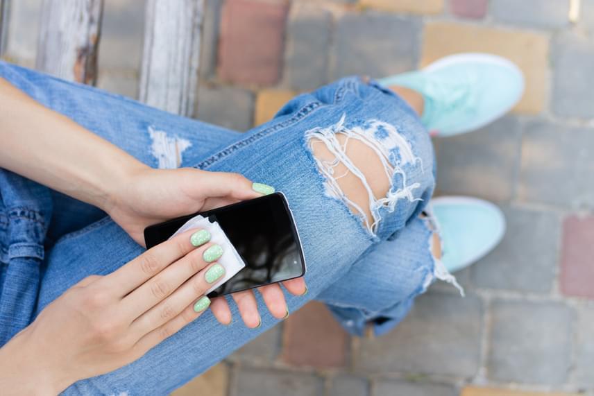 Gondoltad volna, hogy a telefonod képernyője mennyi bacilust hordozhat? Ahogy a koszos kijelzőt a füledhez teszed, máris segítettél abban, hogy aknéid kialakulhassanak. A telefonod képernyője zsíros és alapozós lesz, ami aztán egyre több baktériumot okoz. Azért, hogy ezt megelőzd, legyen nálad mindig fertőtlenítő, és azzal tisztítsd át legalább naponta egyszer.