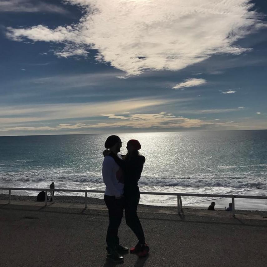 Romantikus fotó: Katinka és Shane a nizzai tengerparton ölelkezik a naplementében.