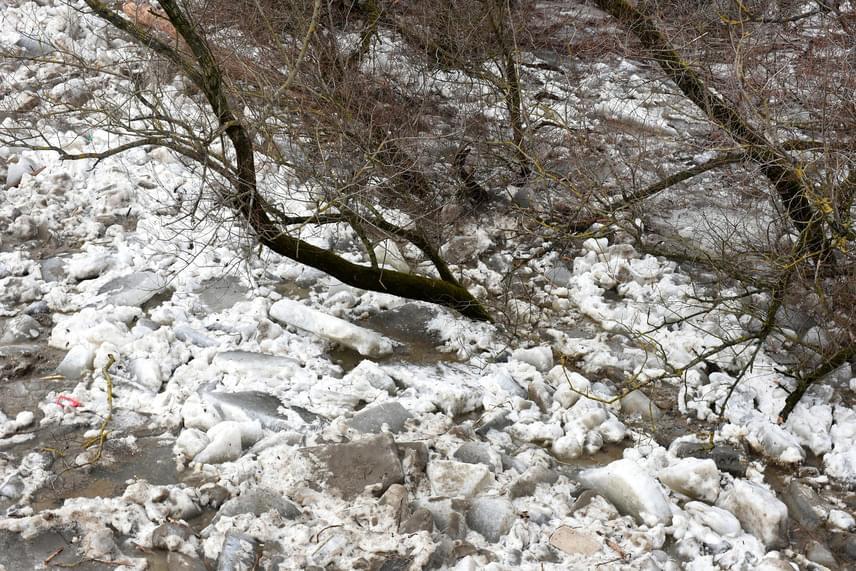 Összetorlódott jég a Szamos folyón Tunyogmatolcs határában. Az OMIT kiemelte, hogy a Tiszán és mellékfolyóin továbbra is figyelembe kell venni, hogy a levonuló árhullámok hatására az álló jég felbomlása, összeállása, fluktuálása hosszabb-rövidebb időre lokálisan újabb helyeken is akár jelentős vízszintemelkedésekhez, illetve -csökkenésekhez vezethet. Az eső és a hóolvadás következtében elsősorban a Tisza vízrendszerében alakultak ki kisebb-nagyobb vízszintemelkedések.