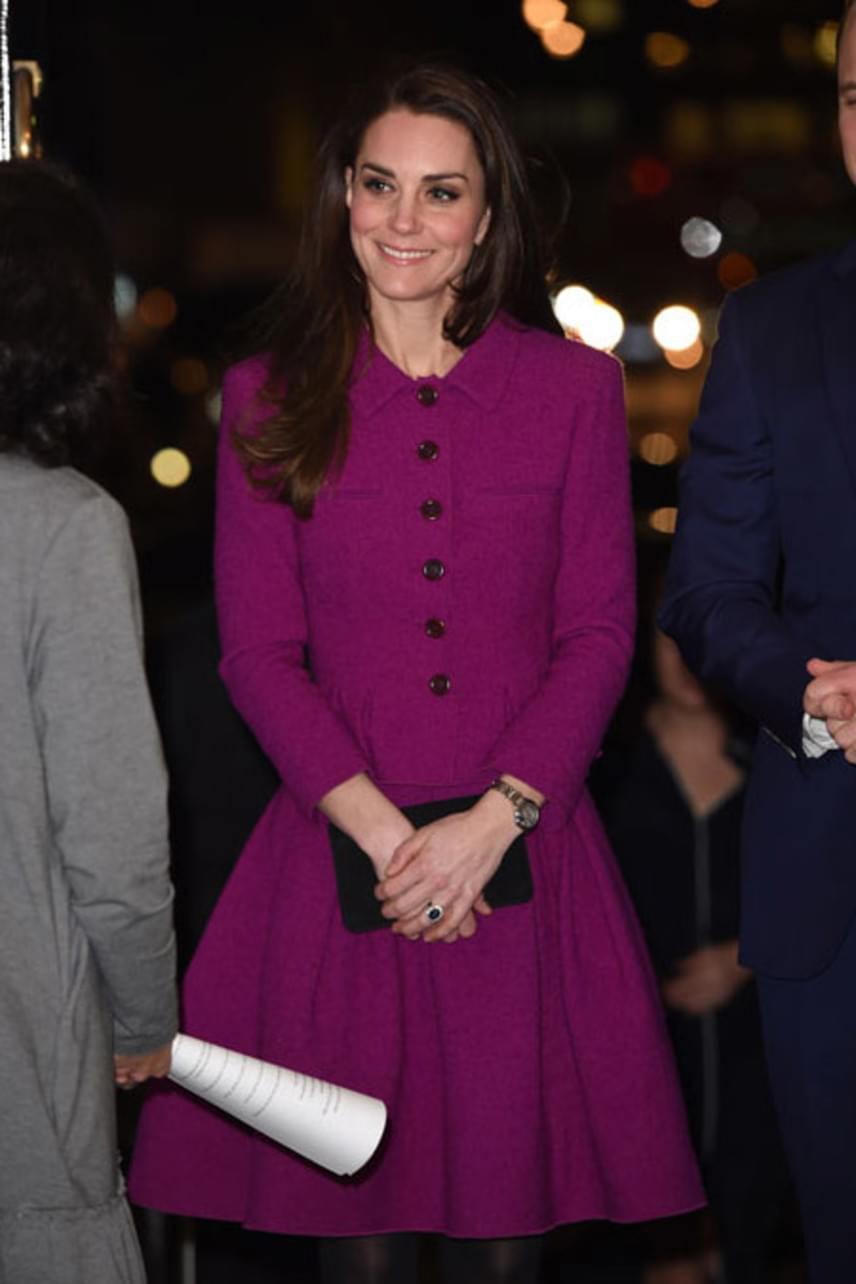Katalin egyenesen a kifutóról választotta ezt az Oscar de la Renta darabot, amin azonnal megakadt a szeme. Nem is meglepő, hiszen ordít róla a hercegné stílusa.