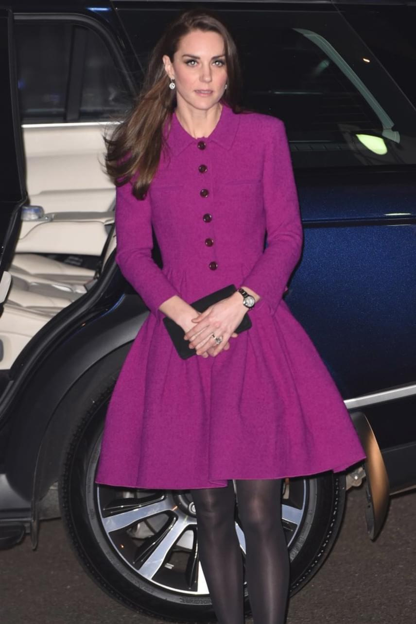 A hercegné csak ritkán hord ilyen feltűnő színű darabokat, pedig ezek is igazán remekül állnak neki - de a tökéletes alakján mi nem mutat jól?