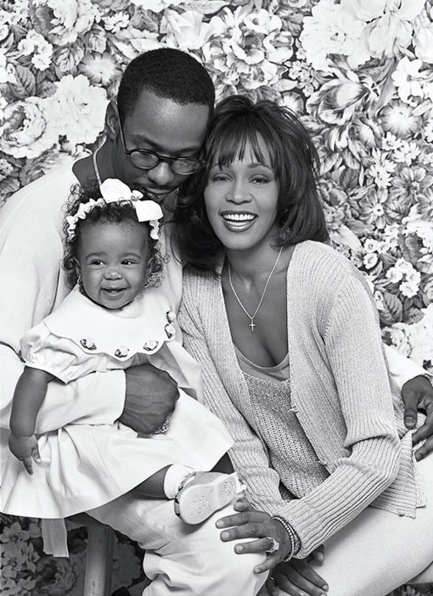 Whitney Houston randizott Eddie Murphyvel is, de végül Bobby Brown vezette oltár elé 1992-ben. Meglehetősen viharos és súlyos botrányokkal teli házasságuk 2007-ben válással ért véget. Egyetlen közös gyermekük született: Bobbi Kristina Brown, aki 22 éves korában hunyt el 2015 júliusában.