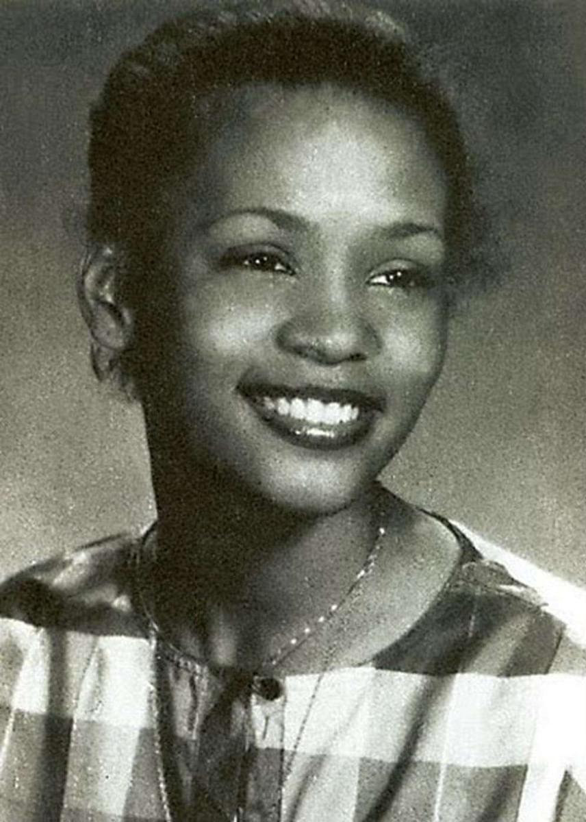 Ez a fotó a hetvenes-nyolcvanas évek fordulóján készült Whitney Houstonról, amikor még középiskolába járt. Énekelni nagyon fiatalon kezdett: 11 évesen már az iskolai gospelkórusban hallhatták, 14-15 éves korában pedig háttérénekesként dolgozott együtt például Chaka Khannal.