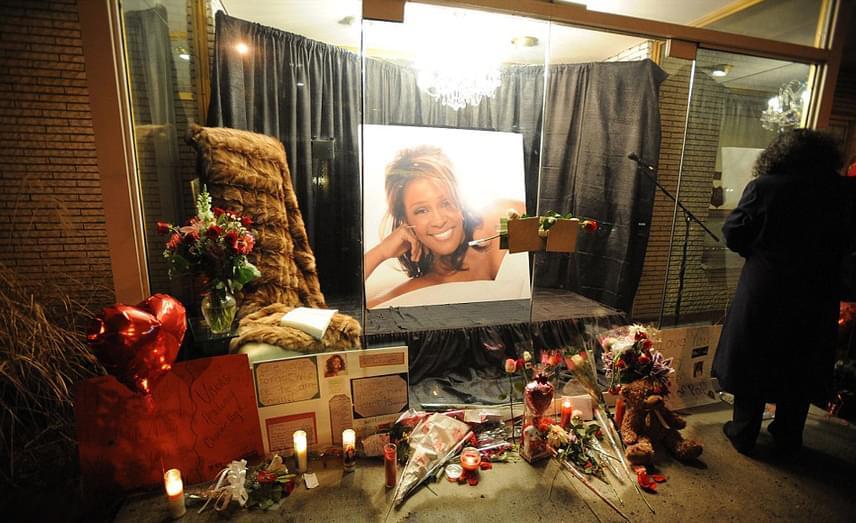 Whitney Houston halálának híre megrendítette rajongóit, akik gyertyákat, fényképeket és virágokat helyeztek el világszerte, hogy így emlékezzenek rá az aranytorkú énekesnőre. Másnap a Grammy-gálán számos énekesnő - köztük Jennifer Hudson és Alicia Keys - is tisztelgett az emléke előtt.