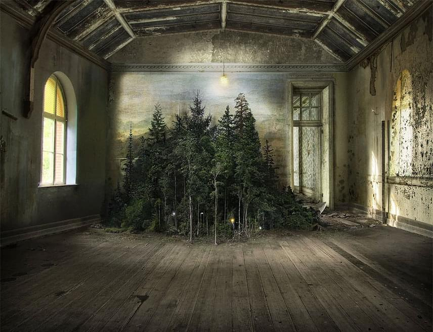 A művész tereit rendszerint üresen hagyja, azt a hatást keltve, mintha egyfajta színpadot látnánk, ahol bármelyik pillanatban történhet valami.