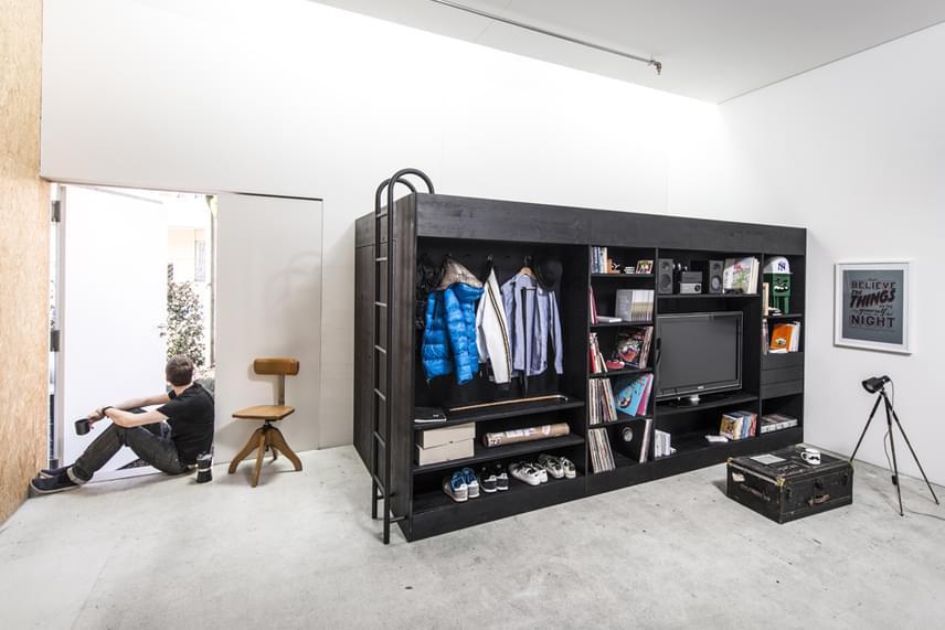 A többfunkciós berendezés leginkább egy stúdiólakásba vagy garzonba való, ahol nincs lehetőség nagyobb bútorok használatára. A beépített fadoboz helytakarékos megoldást eredményez, segítségével rendet lehet tartani a lakásban.