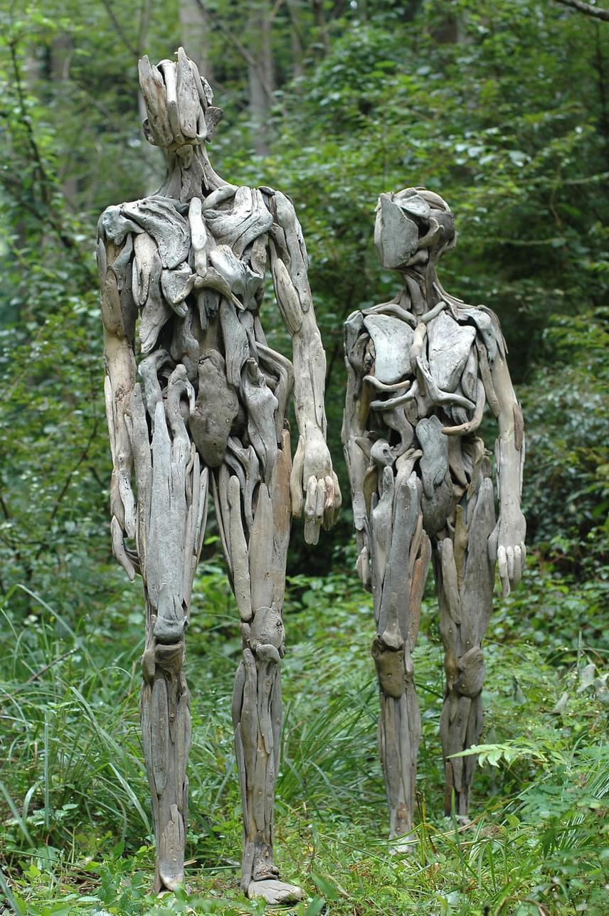 A szobrok kizárólag fából készültek, és emberi alakokat ábrázolnak.